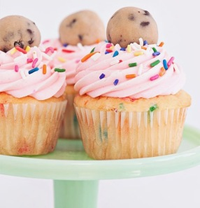 The+most+epic+Cookie+Dough+Cupcakes+ever!+White+confetti+cake+stuffed+with+chocolate+chip+confetti+cookie+dough+topped+with+sprinkles,+delicious+buttercream+and+some+more+cookie+dough!+|